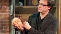 Bruce Hood hält ein Gehirn in der Hand