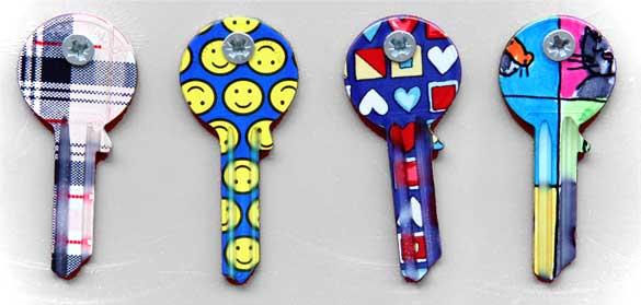 Vier Schlüsselrohlinge in bunten Mustern