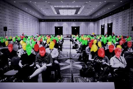 Farbig markierte Konferenzbesucher