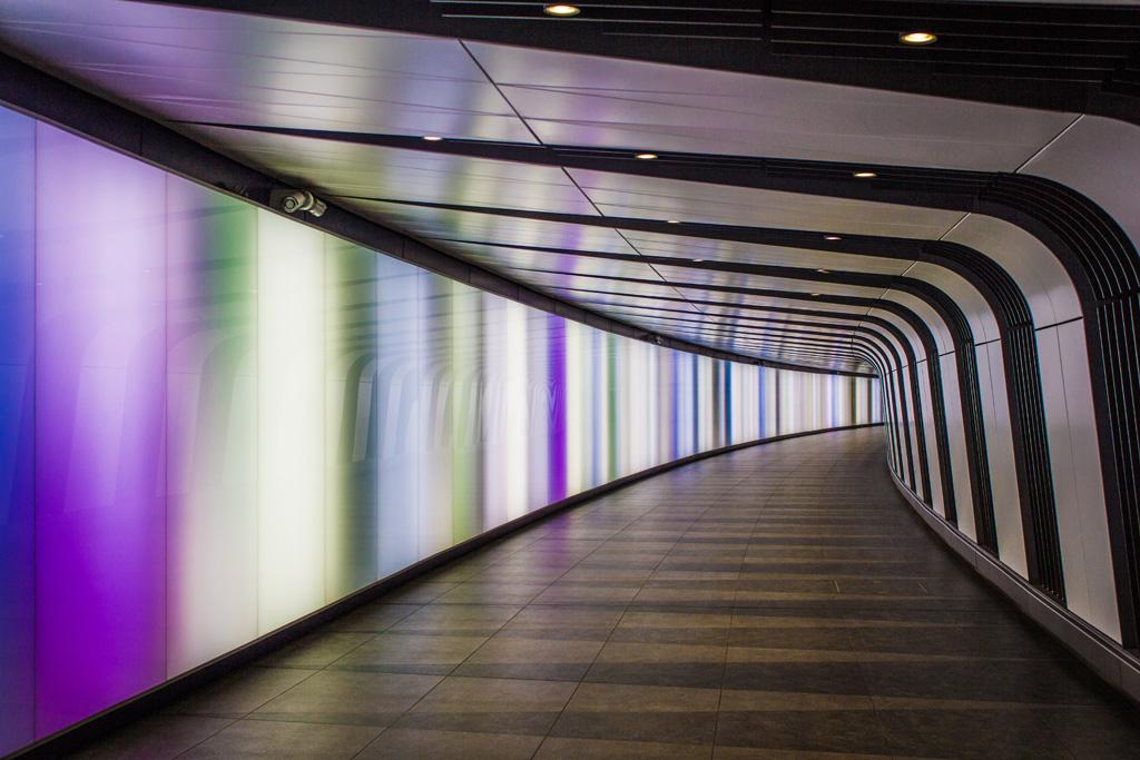 Farbige Lichtflächen in einer U-Bahn-Passage am Londoner Bahnhof King's Cross