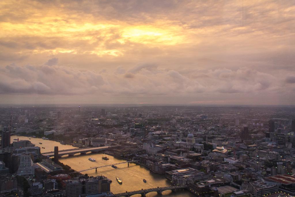 Die Londoner Themse in der Abenddämmerung