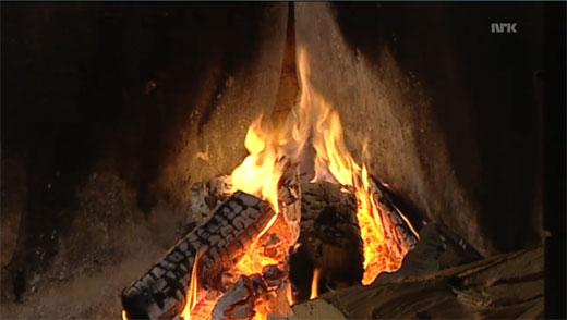 Brennholz im Kamin auf NRK 2