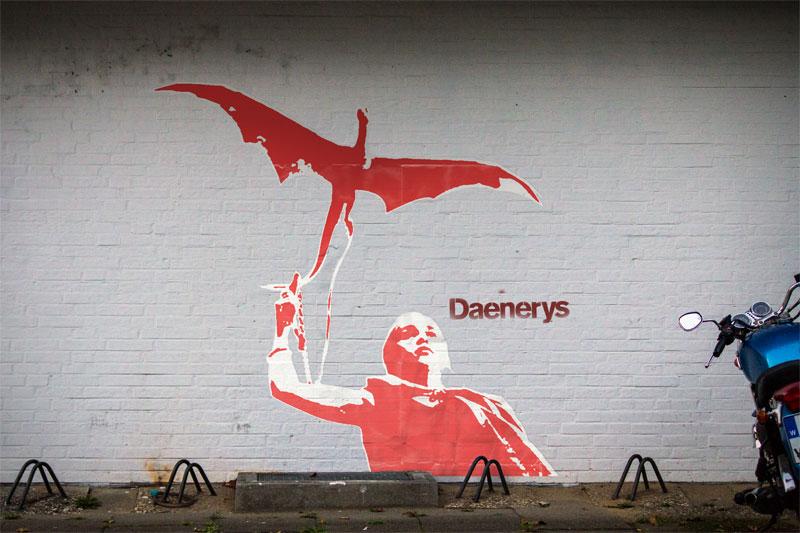 Wand mit einem aufgeklebten Bild von Daenerys Targaryen mit einem Drachen und einem Spray-Schriftzug Daenerys