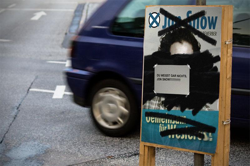 Beschmiertes Jon-Snow-Wahlplakat, auf dem ein Zettel klebt: Du weißt gar nichts, Jon Snow!